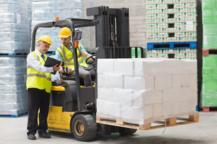 Forklift driver talking with his managerの写真素材 [FYI00004345]