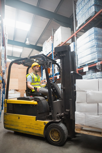 Focused driver operating forklift machineの写真素材 [FYI00004346]