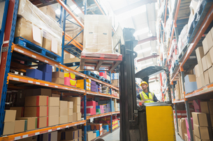Focused driver operating forklift machineの写真素材 [FYI00004347]