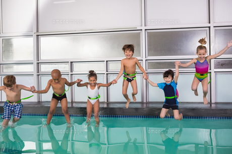 Cute swimming class jumping in the poolの写真素材 [FYI00004352]