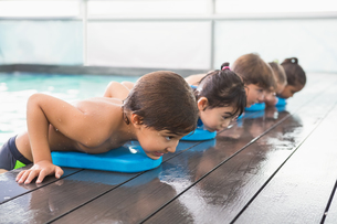 Cute swimming class in the poolの写真素材 [FYI00004354]