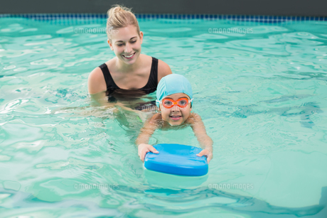 Cute little boy learning to swim with coachの写真素材 [FYI00004357]