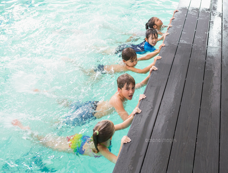 Cute swimming class in the poolの素材 [FYI00004360]