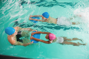 Cute swimming class in pool with coachの写真素材 [FYI00004367]