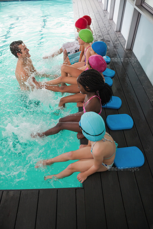 Cute swimming class in pool with coachの写真素材 [FYI00004371]