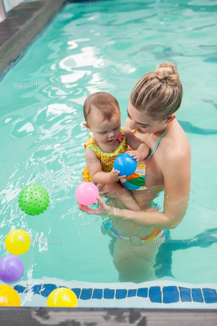 Pretty mother and baby at the swimming poolの素材 [FYI00004379]