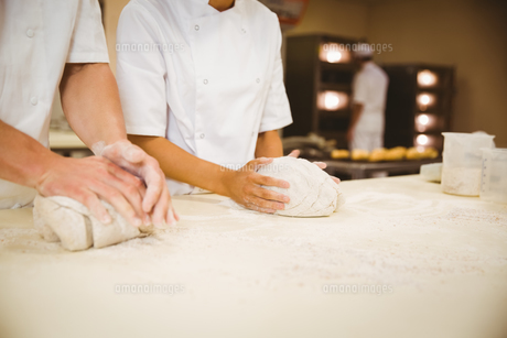 Team of bakers kneading doughの写真素材 [FYI00004387]