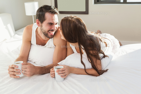 Young couple having coffee in bedの写真素材 [FYI00004398]