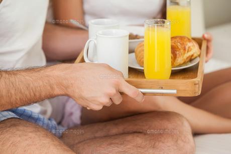 Young couple having breakfast in bedの写真素材 [FYI00004399]