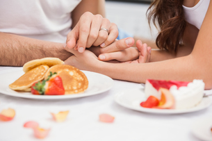 Close up of young couple having a romantic breakfastの写真素材 [FYI00004404]