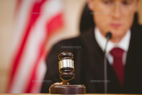 Stern judge about to bang gavel on sounding blockの写真素材 [FYI00004412]