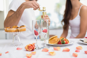 Young couple having a romantic breakfastの写真素材 [FYI00004432]