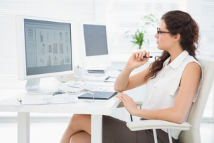 Concentrated businesswoman using computer and digitizerの写真素材 [FYI00004458]