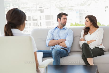 Unsmiling couple talking with their therapistの写真素材 [FYI00004471]