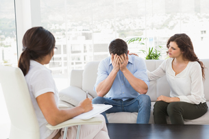 Depressed couple talking with their therapistの素材 [FYI00004481]