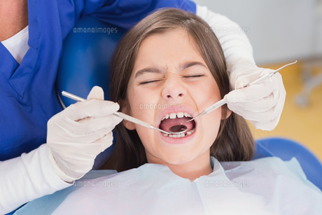 Portrait of a scared young patient in dental examinationの素材 [FYI00004497]