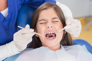 Portrait of a scared young patient in dental examinationの写真素材 [FYI00004497]