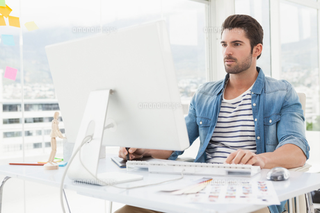 Focused designer working with digitizer and computerの素材 [FYI00004504]