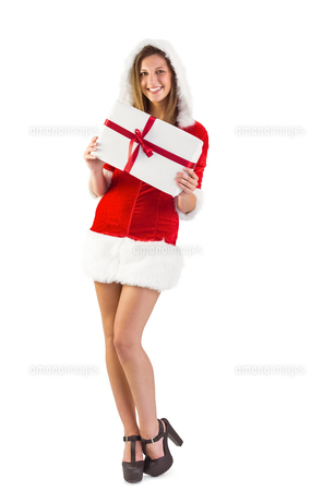Pretty santa girl standing with giftの写真素材 [FYI00004514]