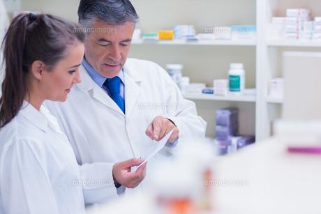 Pharmacist explaining a prescription to his traineeの写真素材 [FYI00004516]