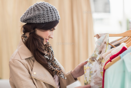 Pretty shopping brunette looking at dressの素材 [FYI00004541]