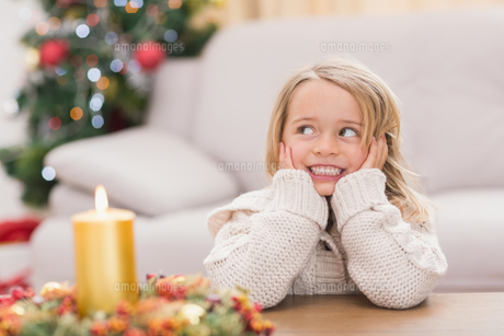 Cute little girl smiling at christmasの素材 [FYI00004545]