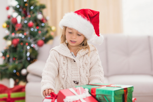Cute little girl surrounded by christmas giftsの素材 [FYI00004546]