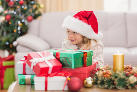Cute little girl surrounded by christmas giftsの素材 [FYI00004551]