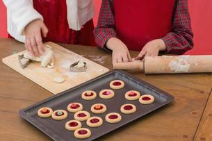 Festive little girls making christmas cookiesの写真素材 [FYI00004556]