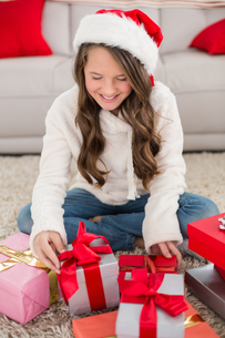 Festive little girl with giftsの写真素材 [FYI00004561]