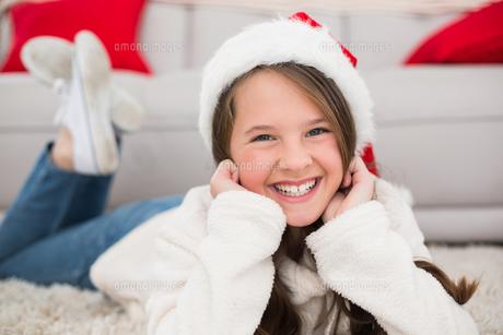 Festive little girl smiling at cameraの写真素材 [FYI00004564]
