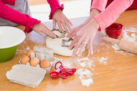 Festive mother and daughter making christmas cookiesの写真素材 [FYI00004569]
