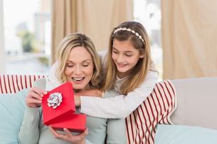 Mother opening christmas gift with daughterの写真素材 [FYI00004576]