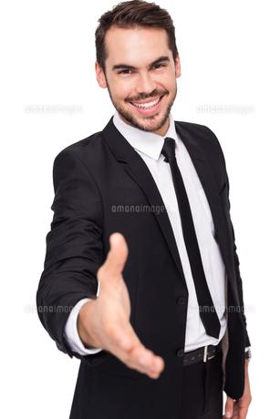 Portrait of smiling businessman offering handshakeの写真素材 [FYI00004582]