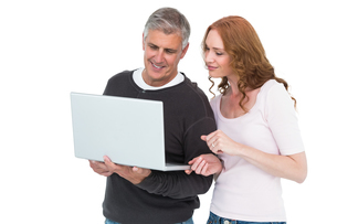 Casual couple using laptop togetherの写真素材 [FYI00004600]