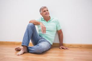 Mature man sitting on floorの写真素材 [FYI00004604]