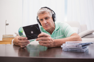 Mature man listening to cdsの写真素材 [FYI00004606]