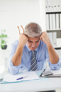 Stressed businessman with head in handsの写真素材 [FYI00004613]