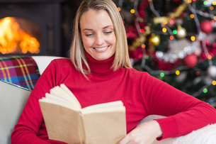 Pretty blonde reading book at christmas timeの素材 [FYI00004630]