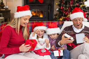 Festive shocked family exchanging giftsの写真素材 [FYI00004636]