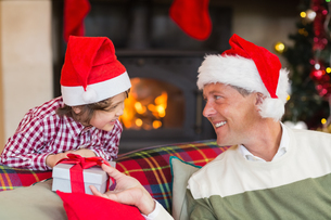 Father giving his son a christmas presentの写真素材 [FYI00004638]