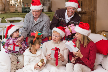 Happy family exchanging christmas giftsの写真素材 [FYI00004650]