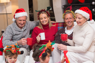 Happy extended family enjoying coffee at christmas timeの写真素材 [FYI00004655]