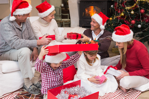 Happy family opening christmas gifts togetherの写真素材 [FYI00004659]