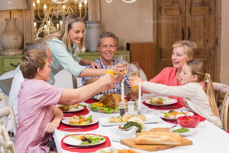 Three generation family enjoying christmas dinner togetherの写真素材 [FYI00004666]