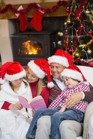 Happy family reading at christmasの写真素材 [FYI00004667]