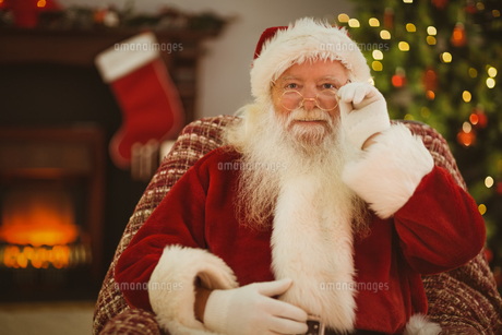 Smiling santa holding his glassesの素材 [FYI00004673]