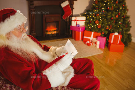 Concentrated santa writing list on scrollの素材 [FYI00004675]