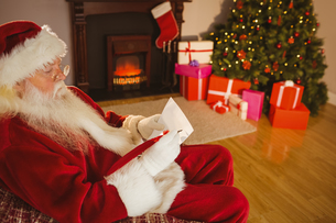 Concentrated santa writing list on scrollの写真素材 [FYI00004675]