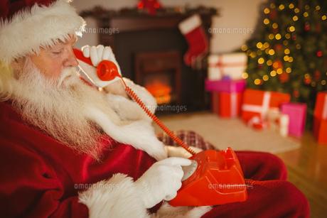 Santa claus making a phone callの写真素材 [FYI00004677]